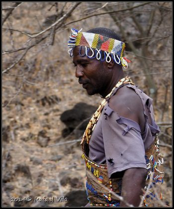 Miembro de la tribu Hadza. Fotografía hecha por Rafael Vila (https://www.flickr.com/photos/rvilav/15294749519).