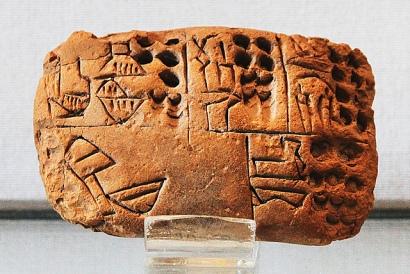 Tablilla de arcilla con la escritura cuneiforme desarrollada en Mesopotamia. Fotografía de Claude Valette. https://www.flickr.com/photos/cvalette/9629293583/in/photolist-dEN5KH-fEUDdz-fEUDva-9L6NUt-fk9ehR-fkoms1-fk9en4-8KUNGA-psSWbn-oNsMJq-bamiix-pYgBMd-bamm7D-bEj2SP-4ZjF1c-6D9Tqc-d8LtEj-6PCKoZ-6PHjnW-7bfpdd-jJw15t-brp7zG-4GbQK7/