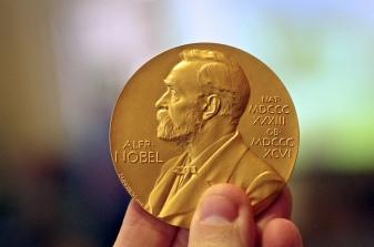 Foto de la medalla que se da a los ganadores del Premio Nobel. Por Adam Baker.