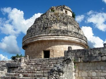 El Caracol es un edificio que se puede encontrar en el asentamiento maya de Chichen Itzá, en México. Se cree que este edificio sirvió como observatorio astronómico para que los habitantes del lugar observaran cambios en el cielo. Fotografía de wEnDy. https://www.flickr.com/photos/wwny/352438365/
