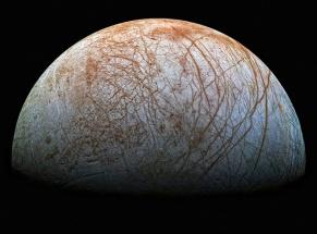 En esta fotografía de Europa, una de las lunas de Júpiter, se observan perfectamente las cicatrices en su corteza helada, así como la ausencia de cráteres. Imagen tomada por la misión Galileo Europa, de la NASA, que terminó en 2003. La fotografía ha sido subida por Stuart Rankin. https://www.flickr.com/photos/24354425@N03/15671280307/