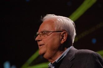 Frank Drake fue uno de los pioneros de SETI, la institución científica que trata de captar señales provenientes de otros planetas, y fue el encargado de enviar el mensaje de Arecibo, que fue un mensaje que se envió en forma de ondas electromagnéticas hacia el espacio exterior. Fotografía de Red Maxwell.
