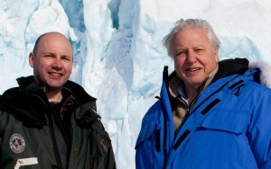 "Fotografía de David Attenborough, junto a Mark Brandon, en un momento  del rodaje de ""Planeta helado"". Imagen de The Open University."