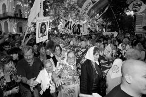 Marcha de las Abuelas de la Plaza de Mayo en 2010. Fotografía de BoNoNoBo. https://www.flickr.com/photos/bononobo/4494213930/in/photolist-7R92e5-7R92Qd-84Wawn-bCrt1F-gHmopN-oQgTFi-oQgVSc-bBvq9B-o4uPVQ-boAeFU-axS1bU-pmYgEV-69ZPo9-oQhhWg-boAvH3-axS1c1-bBvfoR-anV5c5-dkuuoB-boApv3-dLCXk7-qgrNku-oiXKTj-dDeabv-5rQZA8-bBvaCZ-p7vjFk-oQhpiq-boAi4Y-boAnXm-boAkKW-oQgwtj-qixEAT-o4uQDJ-bBvozp-oQgtTR-boAiUC-boAczG-boAqRA-p7JhkU-gLvHAr-o4uQAh-oiXKMC-p7vaUH-oiXKZS-p7J1gu-bBvhjK-oiXKiS-oQgj2r-boAqdy