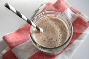 Fotografía de un batido de chocolate. Según un estudio, una marca concreta de batidos de chocolate ayudaba a recuperarse mejor de las conmociones cerebrales. Fotografía de Tracy Benjamin. https://www.flickr.com/photos/shutterbean/6757209625/